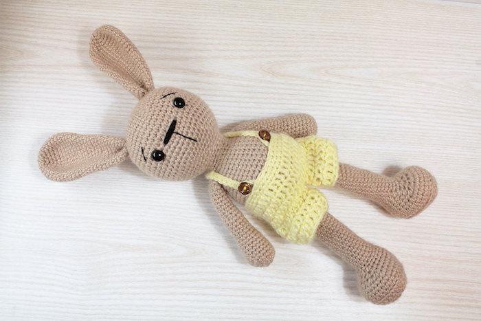 Ein braunes Kaninchen mit gelben Hosen mit Knöpfe - Amigurumi Häkelanleitung