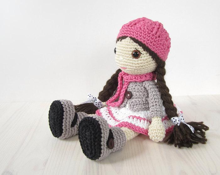 eine niedliche Puppe mit rosa Schal und Hut, lange braune Zöpfe Amigurumi Häkelanleitung