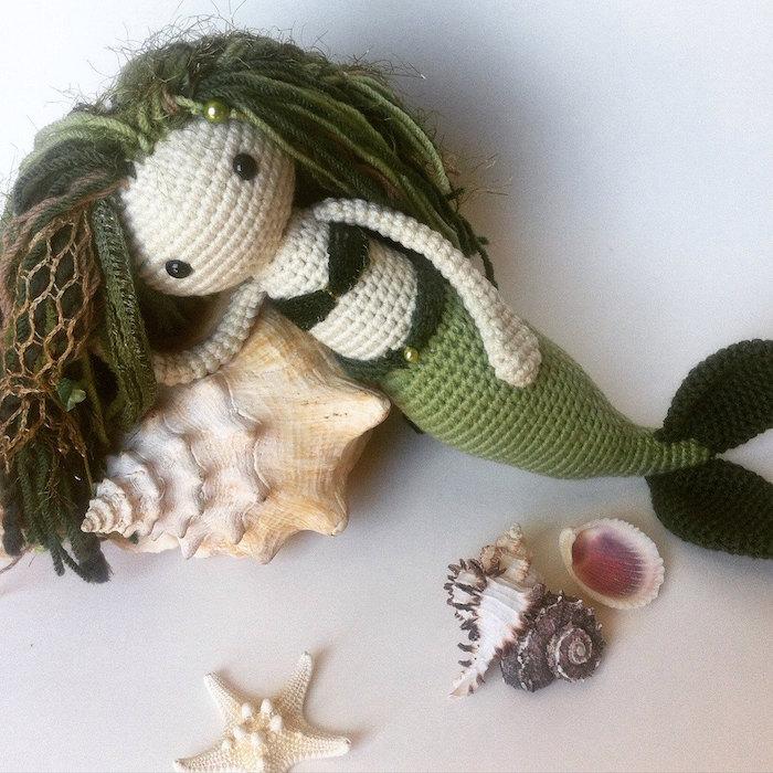 eine Meerjungfrau mit grünem Haar, grünen Badeanzug - Amigurumi Häkelanleitung