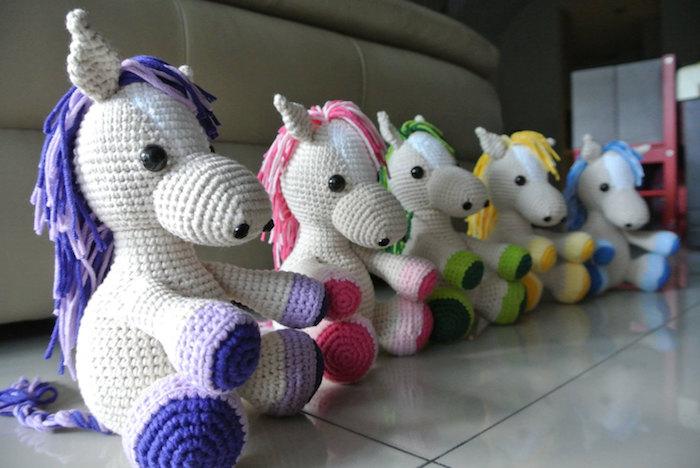 bunte Pferde ine einem Reihe geordnet mit Mähnen in verschiedene Farben - Amigurumi Häkelanleitung