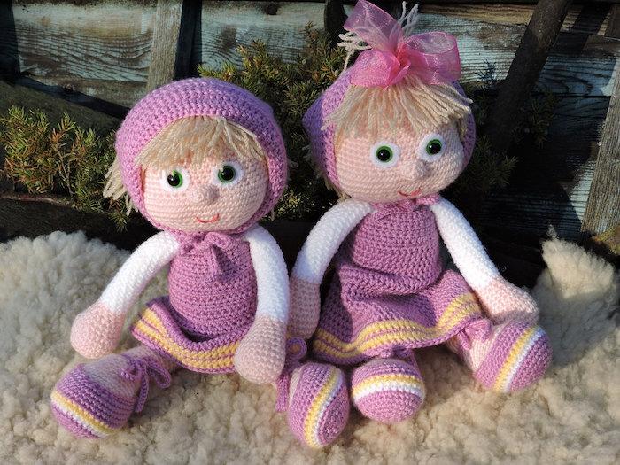 zwei rosa Puppen von Mascha und der Bär, die neue Serie wie Zwillinge Amigurumi für Anfänger