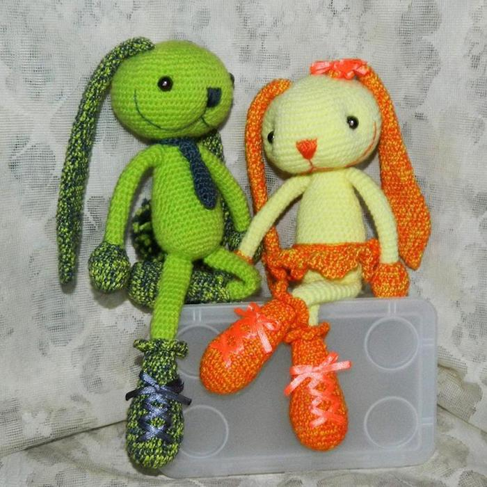 grüne und orange Kaninchen, die auf einen Kasten sitzen - Amigurumi für Anfänger