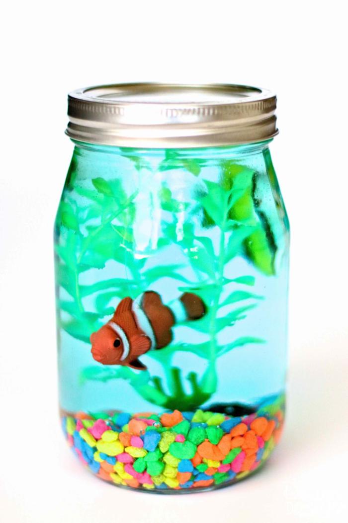 Aquarium selber machen, DIY Ideen für Kinder und Erwachsene, Fische und Seestange aus Kunststoff, bunte Dekosteine