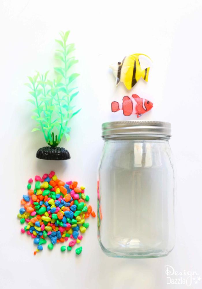 Aquarium selber machen, Materialien: Glas, bunte Dekosteine, kleine Fische und Seestange aus Kunststoff