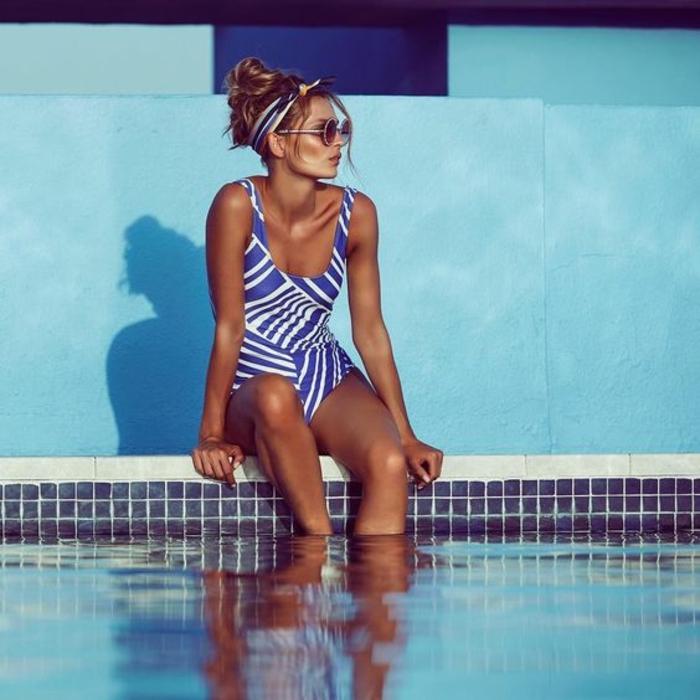 exclusive bademode ideen badeanzug in blau und weiß brille kopftuch schwimmpool