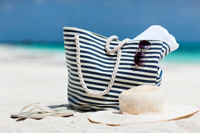 sommer outfit damen moderne accessoires weiß-blaue motive thematisch für den sommer