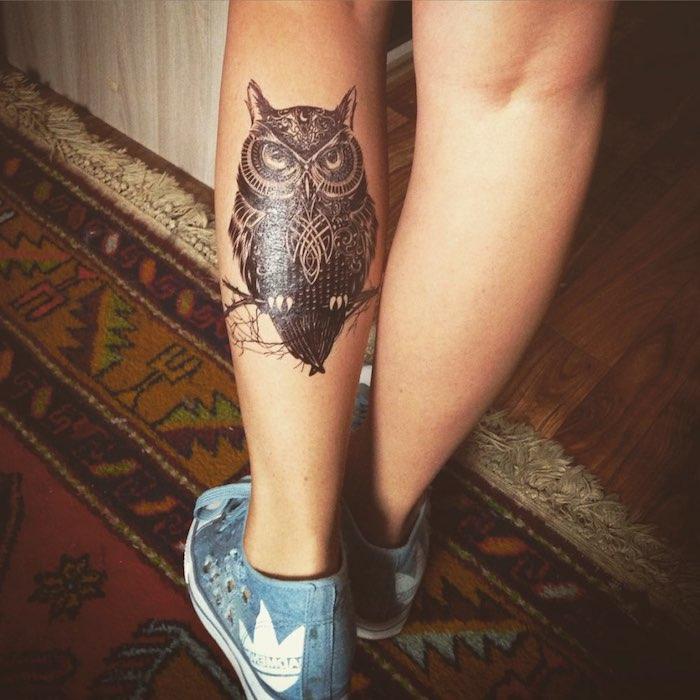 das ist eine unserer ideen zum thema owl tattoo - eine kleine schwarze eule und ast auf einem bein