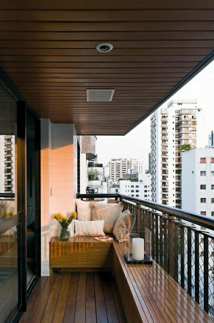 kleiner Balkon mit Sitzkissen gestalten Sitzbank aus Holz