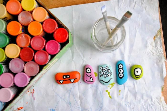 Monster Steine selber machen, mit Acrylfarben bemalen, coole Bastelideen für Kleinkinder