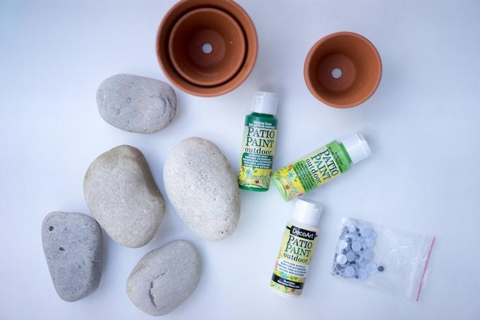 Steine bemalen mit Acrylfarben, Kakteen Steine selber machen, mit grüner Farbe bemalen, Wackelaugen kleben, in Blumentöpfe platzieren