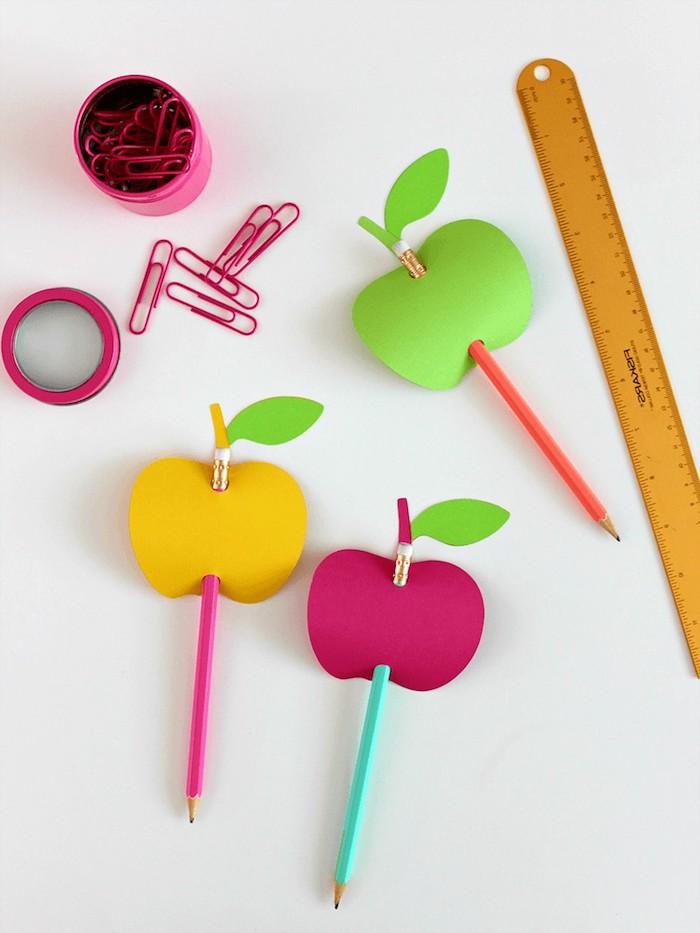 Bunte Äpfel aus Karton ausschneiden, Bleistifte in die Äpfel stechen, Bastelideen für den Kindergarten