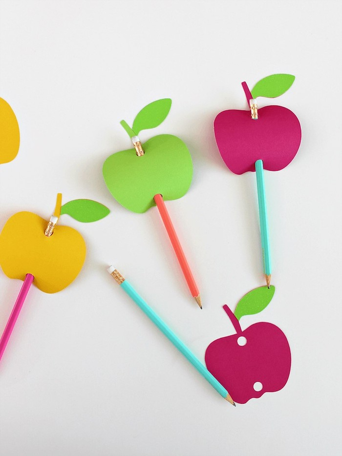 Bleistifte in bunte Äpfel aus Karton stechen, einfache und schnelle Bastelidee für Kinder
