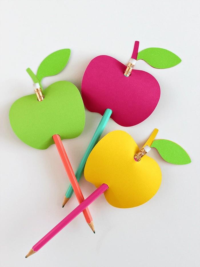 Bleistifte in Äpfel aus Papier stechen, DIY Idee für den Kindergarten für Kleinkinder