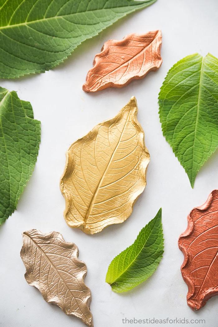 Herbst Deko mit Kindern selber machen, goldene Herbstblätter aus Modelliermasse schneiden