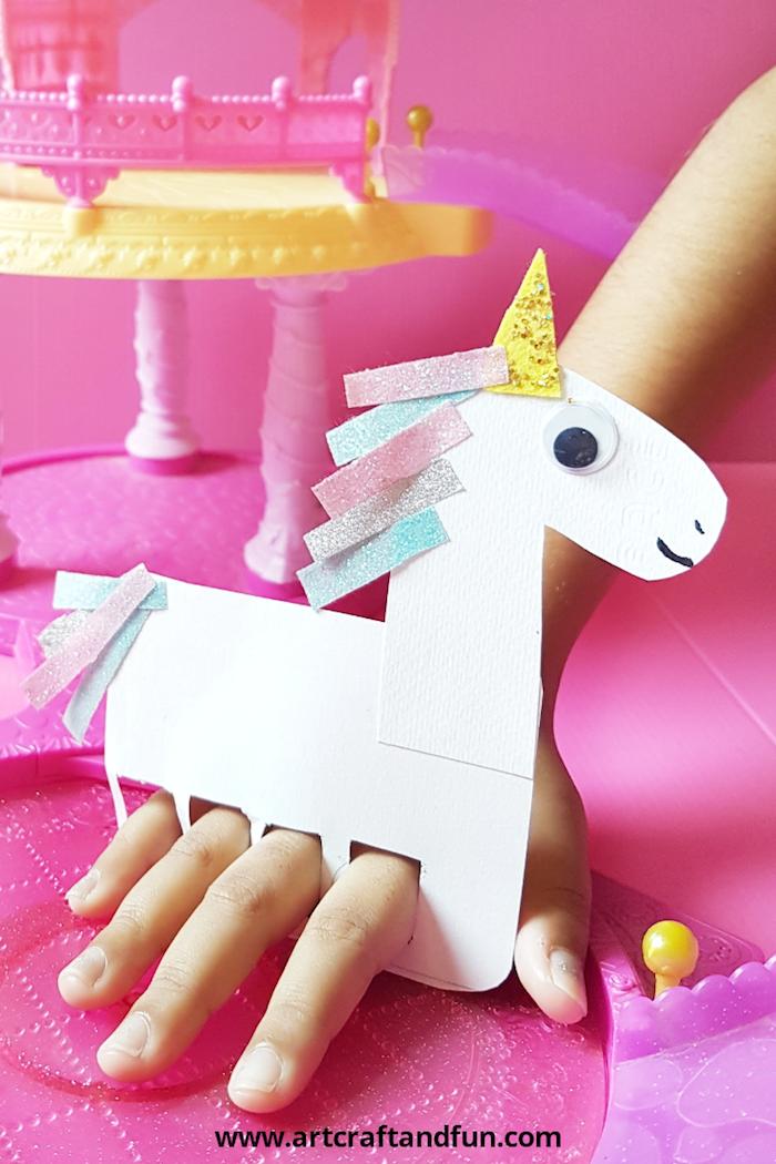 Einhorn aus Papier selber machen mit Kindern, bunte Streifen Papier für Mähne kleben, mit Glitzer verzieren