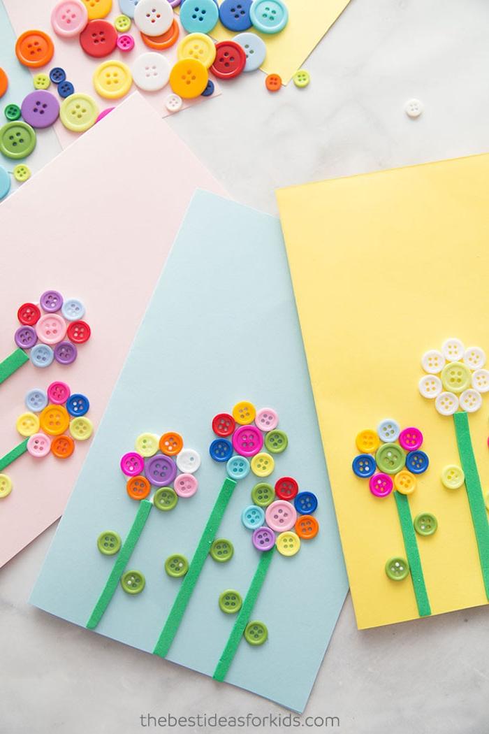 Karten mit Kindern basteln, Blumen aus bunten Knöpfen und Streifen aus Filz, DIY Muttertagskarten