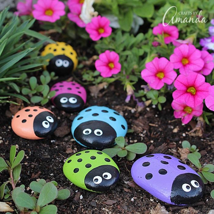 Steine bemalen mit Kindern, schöne Deko für den Garten, bunte Marienkäfer aus flachen Steinen