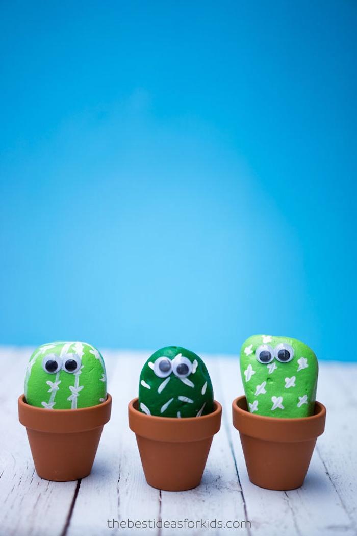 Kakteen Steine in Mini Blumentöpfen, grün bemalte flache Steine mit Wackelaugen