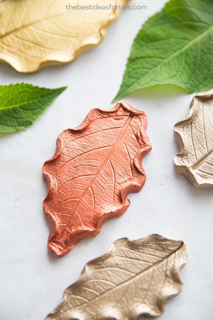 DIY Herbstblätter aus Modelliermasse, basteln mit Kindern im Herbst, Herbst Deko basteln