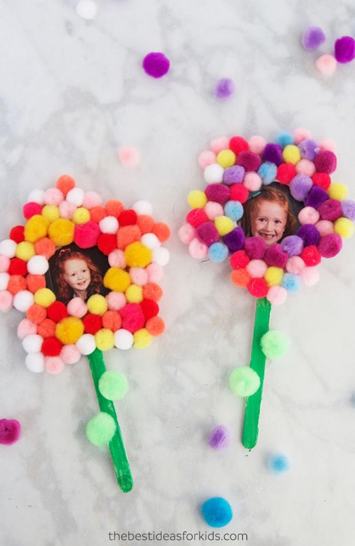 Geschenke zum Muttertag mit Kindern basteln, Blumen mit Bilder und kleinen bunten Bommeln, Stängel aus Eisstäbchen
