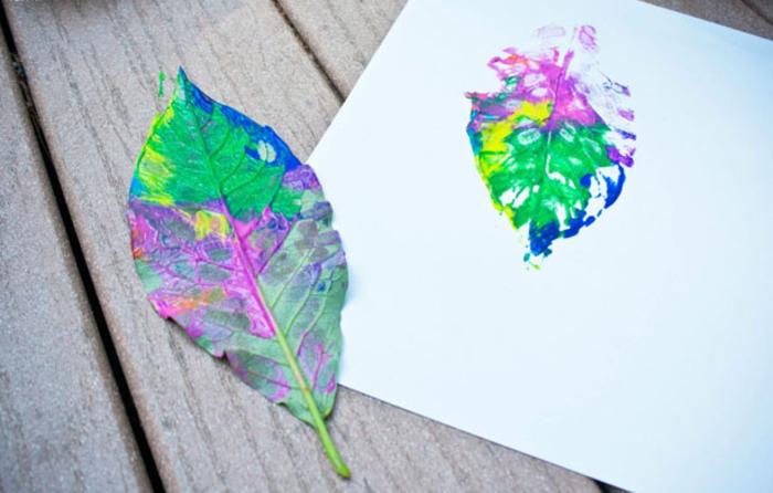 Stempel aus Blatt machen, schöne DIY Ideen für Kinder, bunte Farben