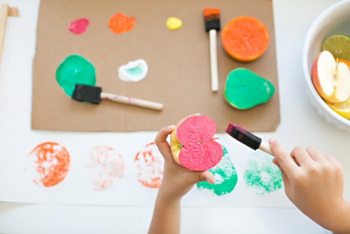 kreative DIY Ideen für Kinder, Stempel aus Apfel und Farbe selber machen