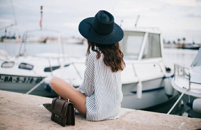 strandbekleidung tolle idee langes hemd schwarzer hut tasche boots hafen