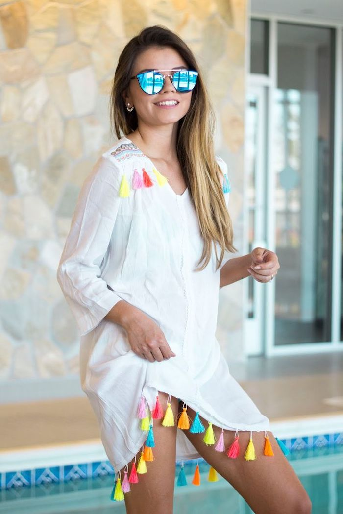 strandbekleidung tolle ideen für trendy outfits weißes kleid mit bunten elementen