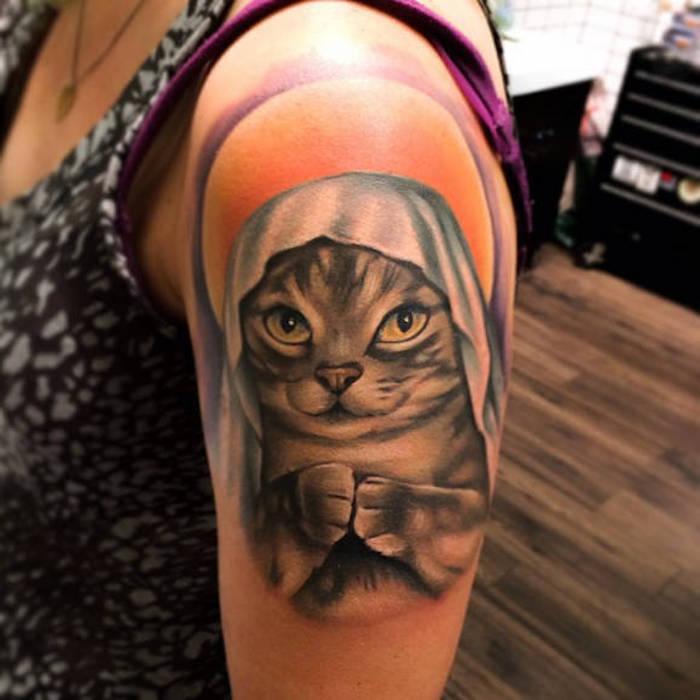 tattoo vorschläge, bunte tätowierung mit katzen-motiv