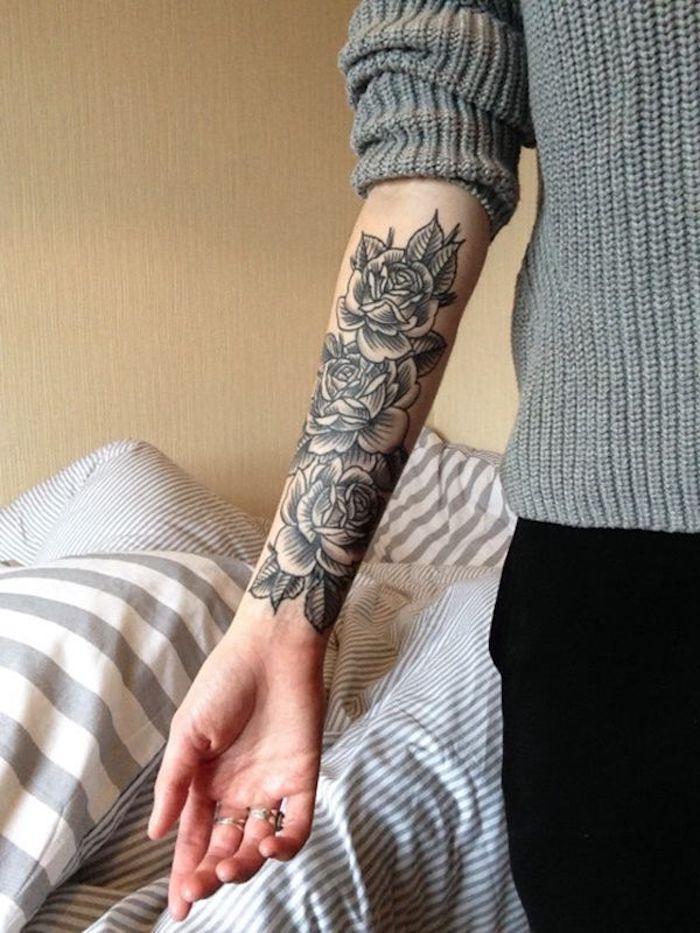 tattoo vorschläge, dame mit grauer bluse und tätowierung mit rose-motiv