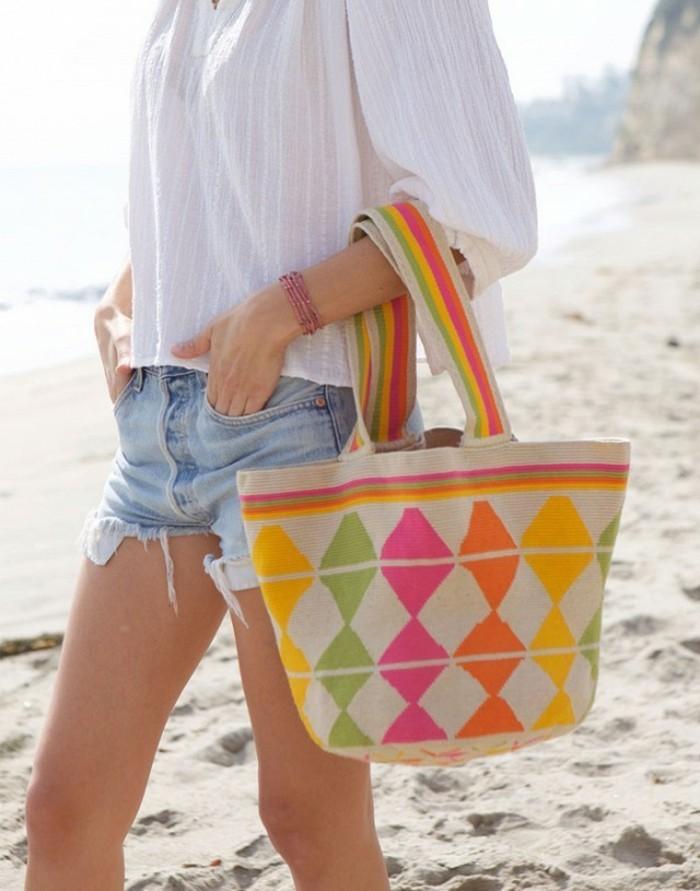 italienische bikinis strandtasche bunt mit neonfarben dekoriert outfit einfach jeans weißes hemd