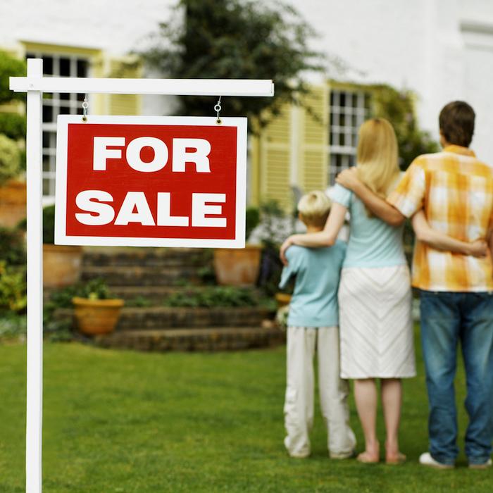 eine Wohnung mit der ganzen Familie besichtigen: Kinder, Vater, Mutter, Haus mit Vorgarten