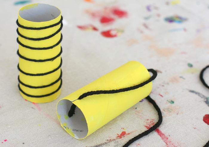 Basteln mit Kindern, Biene aus Rolle und Faden selber machen, DIY Idee für Kinder