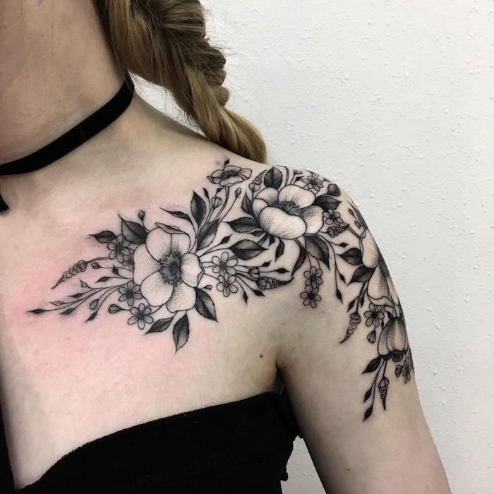 Tattoo realistic einige Blumen, die ganz authentisch aussehen an dem Schulter