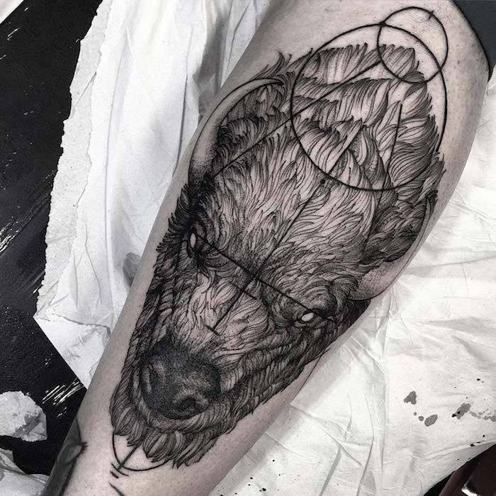 ein Monster mit Hörner und leere Augen - ganz schrecklich aussehen Tattoo realistic