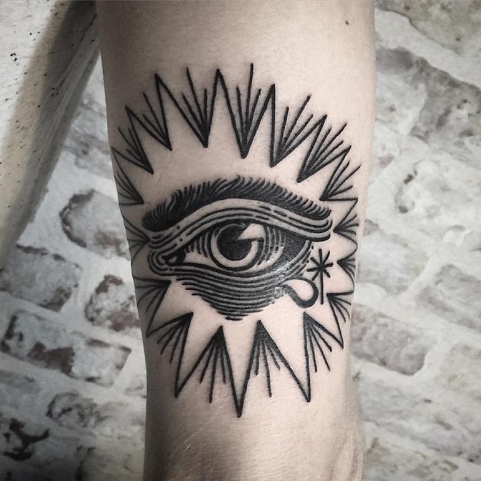 ein weinendes Auge von Sternen umgeben Tattoo realistic am Bein so rührend
