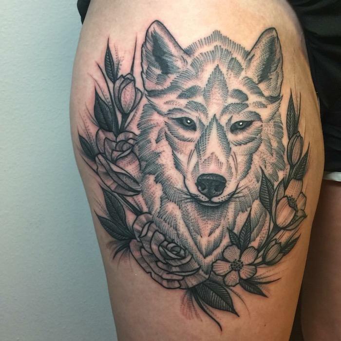 ein Wolf von Blumenkranz umgeben ganz stilecht Tattoo realistic am Bein