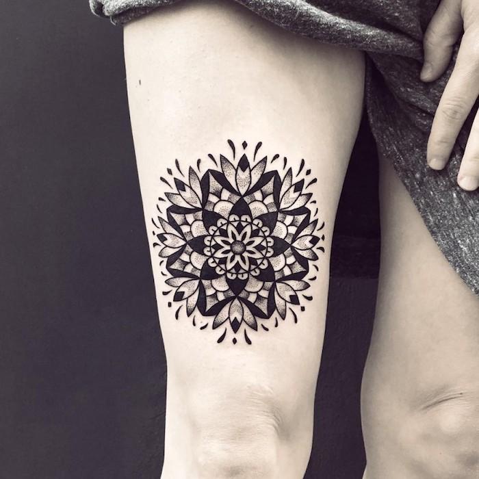 Mandala Tattoo Black work Tattoo geometrisches Tattoo wie eine Blume mit Blättern
