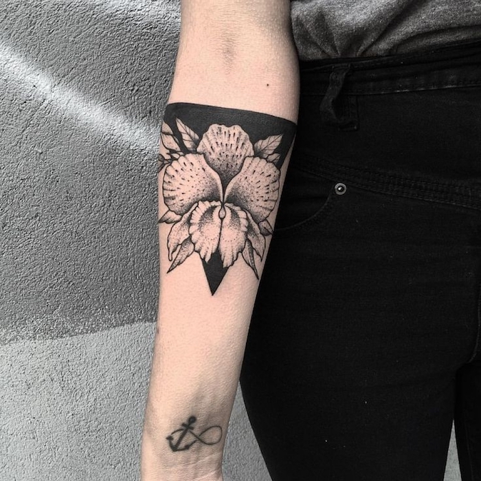 Black Work Tattoo etwas zu verstecken - der Name von Ex zum Beispiel Tattoo mit Blume