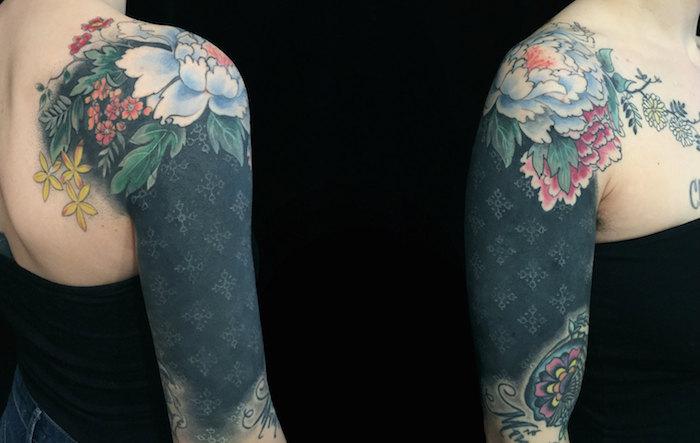 Black work Tattoo mit Wasserfarbe Tattoo kombiniert mit geometrischem Muster