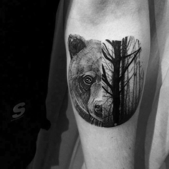 ein symbolistisches Tattoo für Umweltschützer halb Bär halb Wald Black work Tattoo
