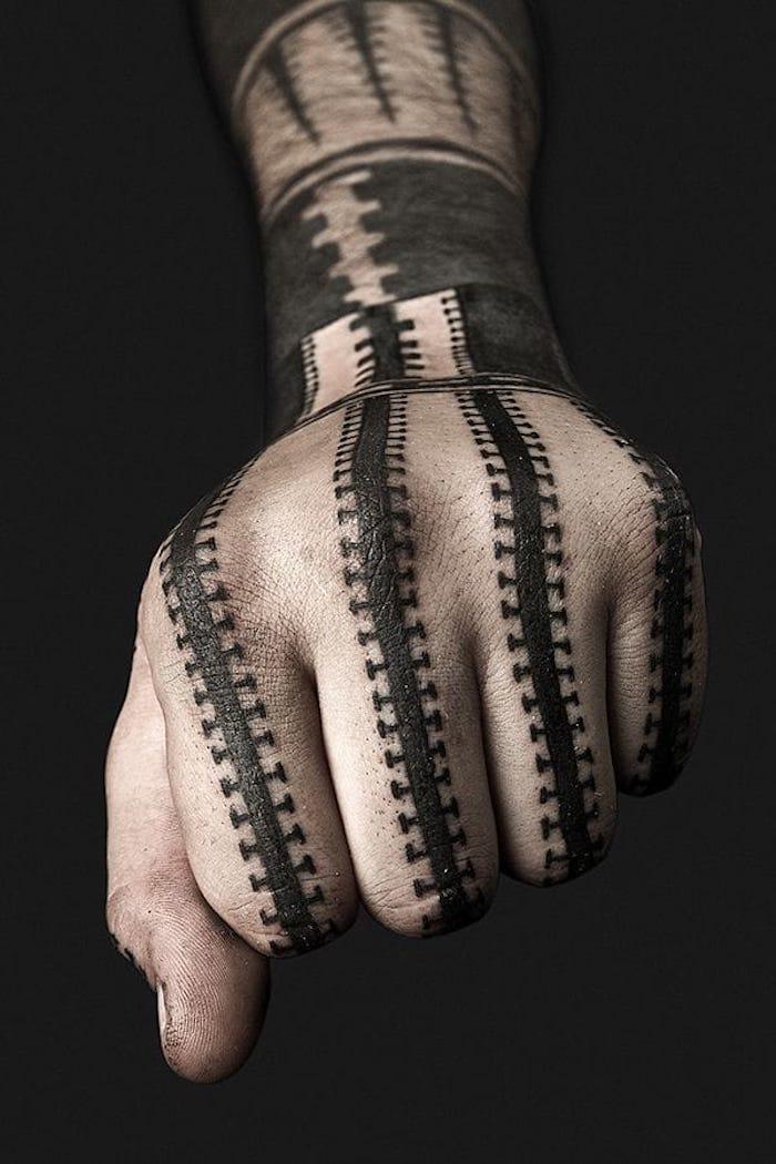 ein Fist mit Black work Tattoo Tattoo geometrisch Linien und verschiedene Motiven