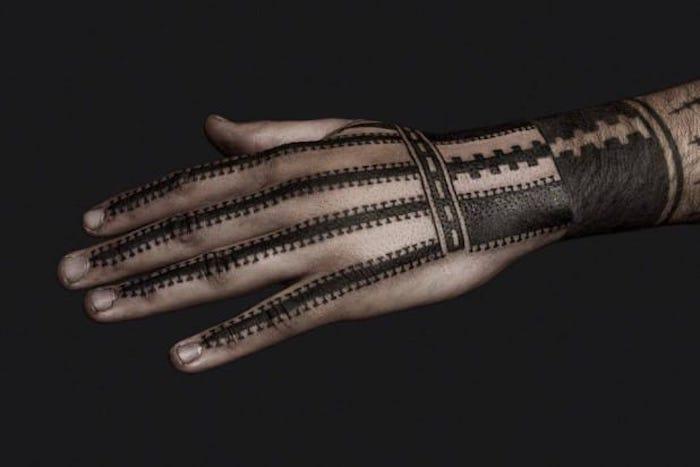 ein anderes Foto, wo die Linien so gut betrachtet werden können Black work Tattoo