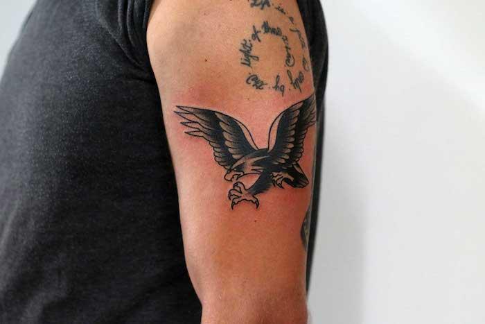 Tattoo Arten - ein Igel der etwas stehlen will und ein Aufschrift in Spirale