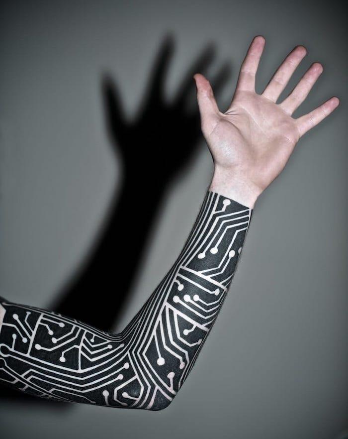 ein seltsames Tattoo am ganzen Hand Tattoo geometric wie ein Ärmel aussehend