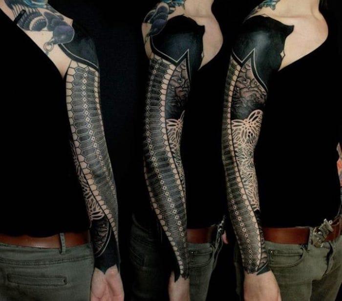 ein Tattoo wie Ärmel in schwarzer Farbe Tattoo geometric mit abstrakten Motiven
