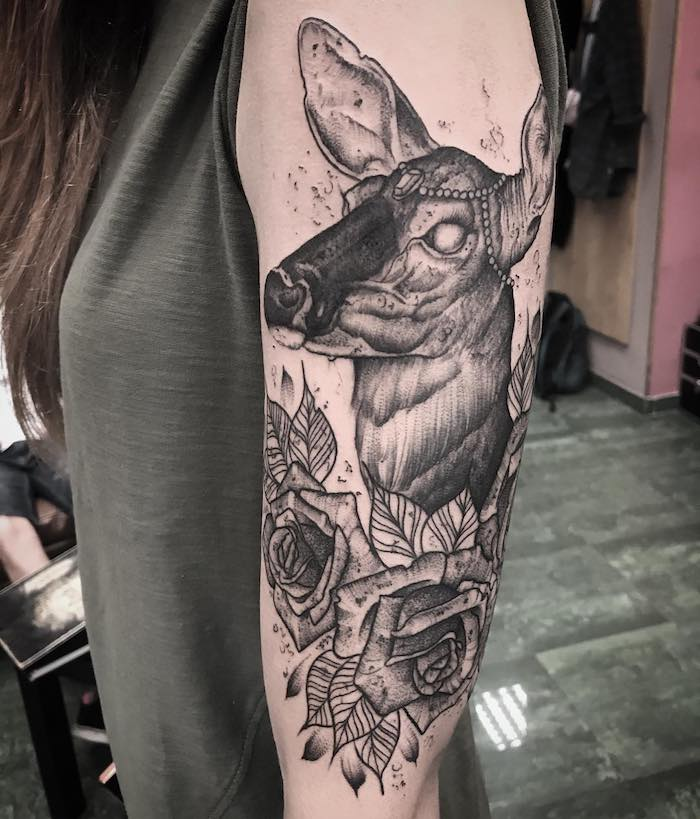 ein Reh mit Kopfschmuck in einem Kranz mit Rosen Tattoo Stile für Mädchen
