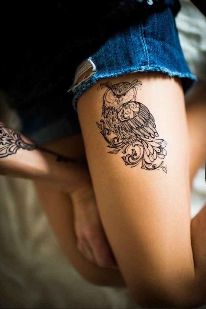 schöne tattoos, eule tattoo in schwarz und grau am oberschenkel