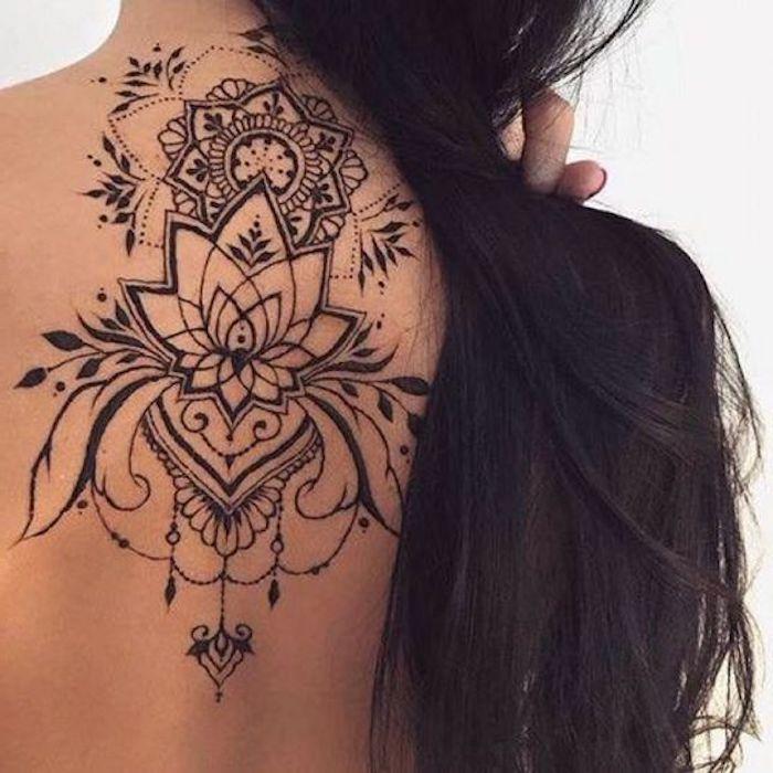 schöne tattoos am rücken, lange schwarze glatte haare