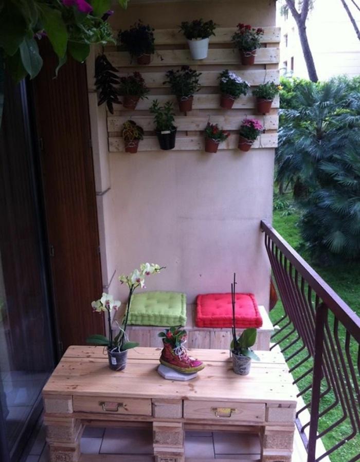 palettenmöbel terrasse - idee für tisch aus paletten und regal für die blumentöpfe
